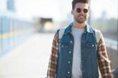 Stylový mužské turista v sluneční brýle s batohem na venkovní stanice