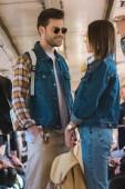 elegantní pár turistů v sluneční brýle mluví v metro vlak