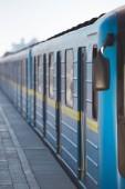 Fotografie Detailní pohled z vlaku na stanici metra venkovní
