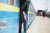 Fotografie zugeschnittene Aufnahme stilvolle Frau ausgehend vom Zug an Outdoor-u-Bahnstation