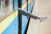 Fotografie zugeschnittenen Schuss der weibliche Bein mit Blick vom Zug an Outdoor-u-Bahnstation