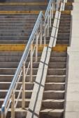 čelní pohled zábradlí a schody v metru ukončit
