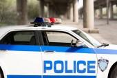 Fotografie boční pohled na prázdné policejní hlídka auto na ulici