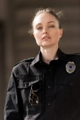 Photo attractive female police officer in uniform looking at camera