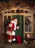 Weihnachtsmann klopft an Tür