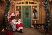 Weihnachtsmann mit Kinderlesebuch