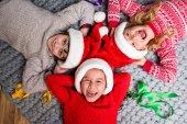 děti v Santa klobouky leží v kruhu