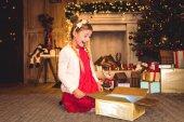 dívka otevírání vánoční dárek