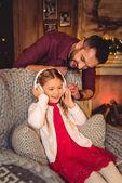 Roztomilá holčička s otcem