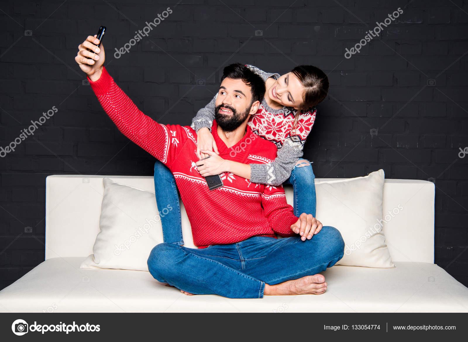 Coppia presa selfie foto stock sergkovbasyuk 133054774 - Coppia di amatori che scopano sul divano ...