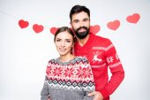 Usmívající se pár v pletené svetry