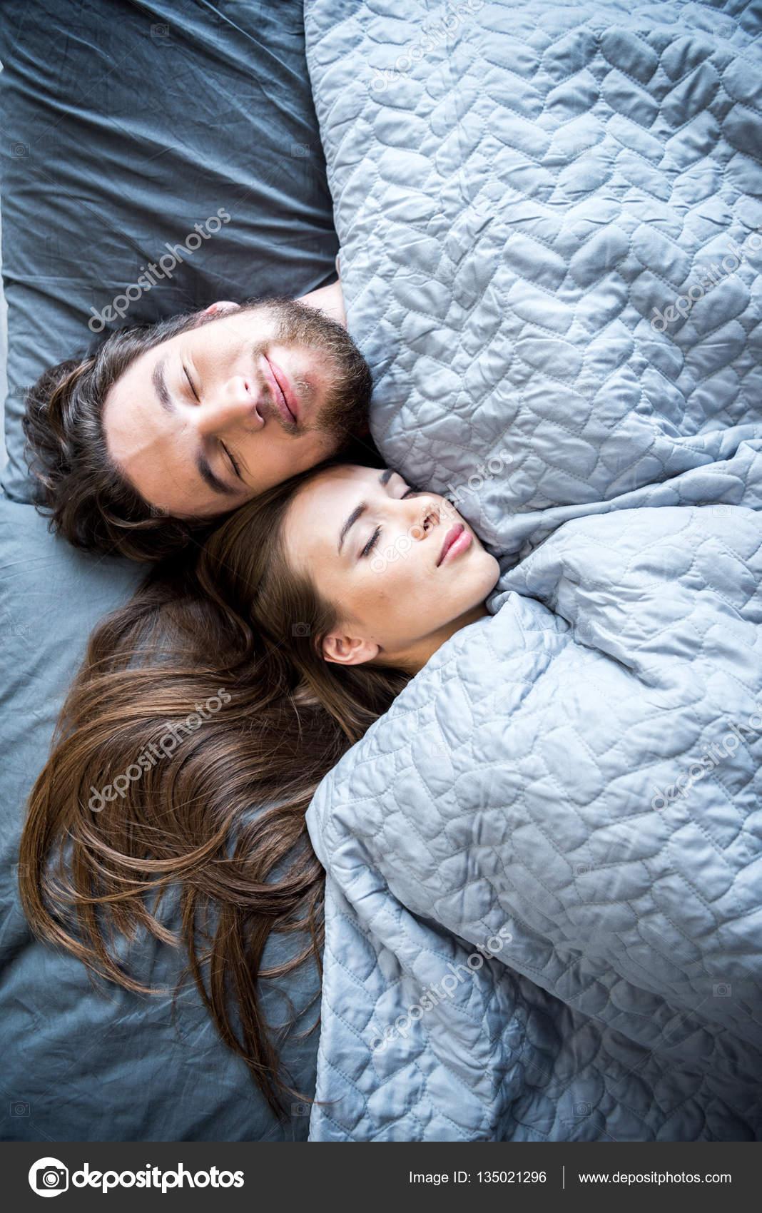 男人和女人在床上奸_男人和女人睡觉 — 图库照片©SergKovbasyuk#135021296
