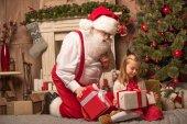 Santa Klaus, zobrazeno vánoční dárky