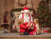 Santa Claus a dětí s vánoční dárky