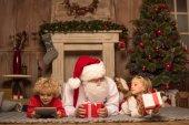 Santa Claus a děti leží na koberci