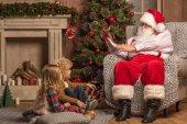 Fotografie Santa Claus s dětmi čtení wishlist