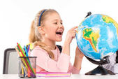 Zkoumání světa šťastný školačka