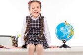 Boldog iskolás ül a világon