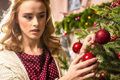 Žena zdobení vánoční stromeček