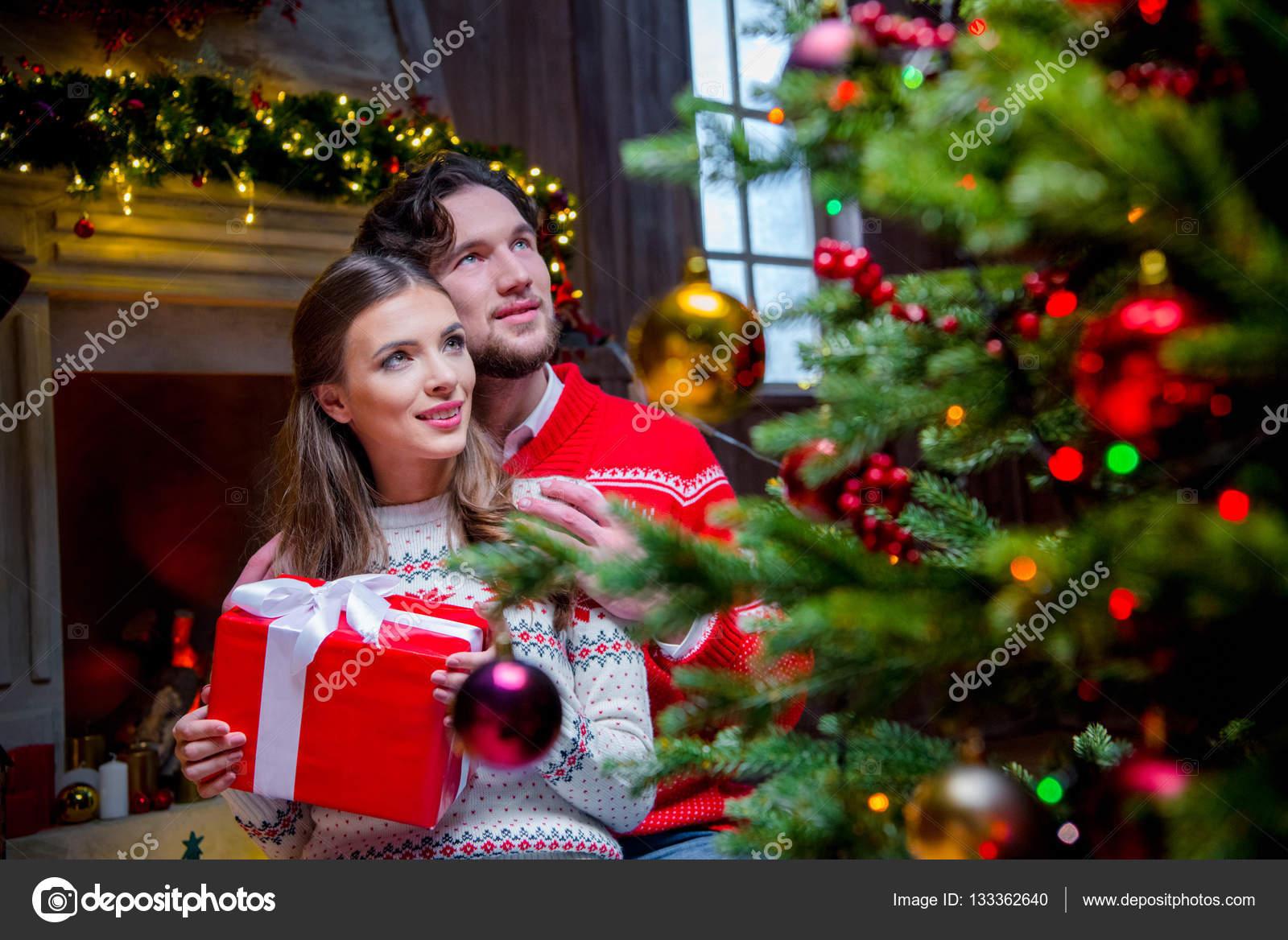 Glückliches Paar mit Weihnachtsgeschenk — Stockfoto © DmitryPoch ...
