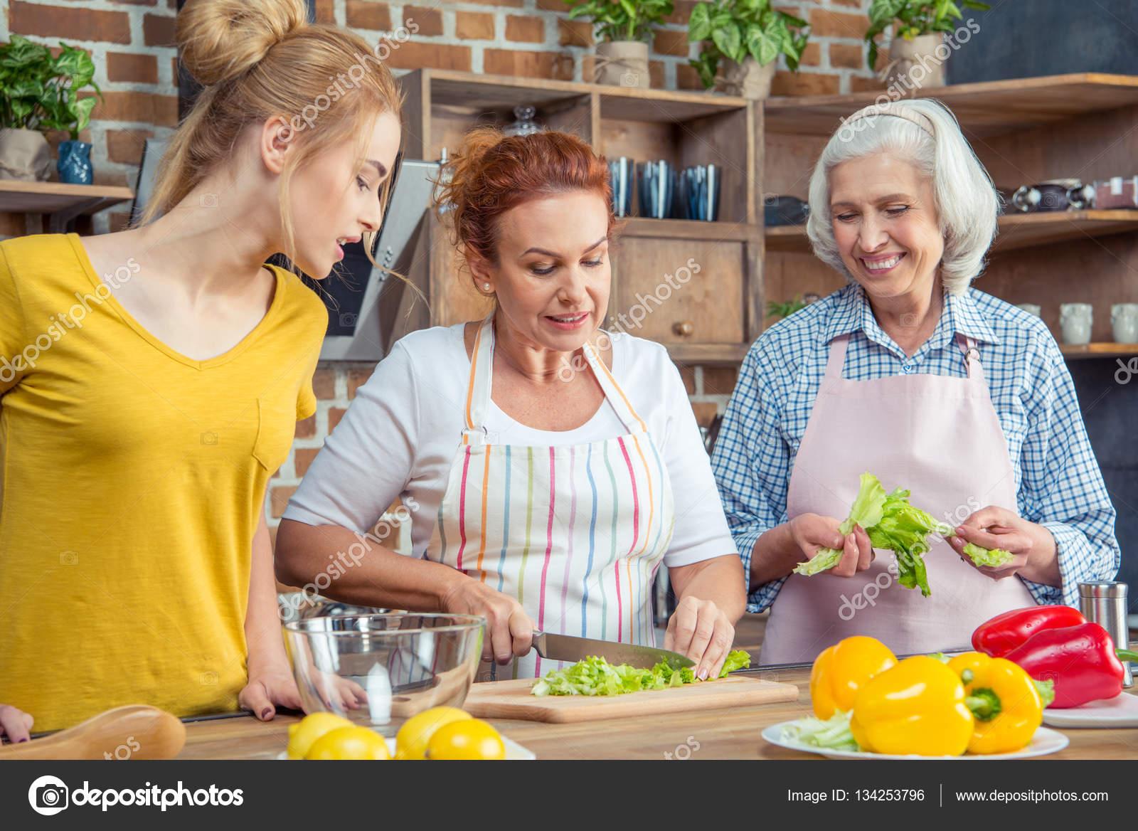 Familia cocinando juntos en la cocina foto de stock for Canal cocina cocina de familia