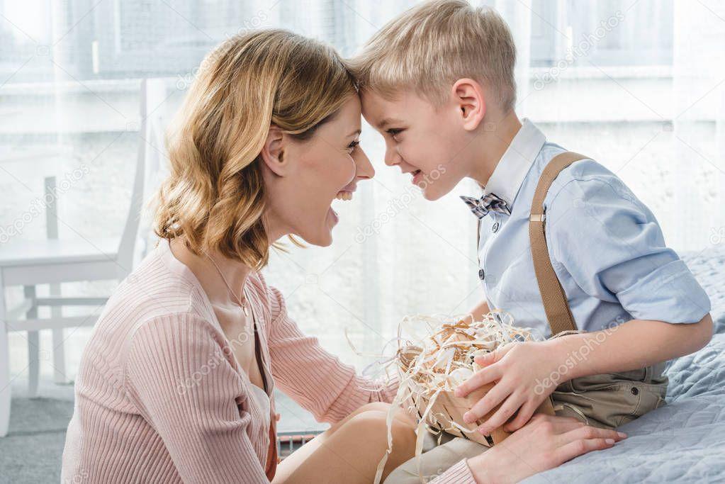 Красивый поцелуй мамы с сыном
