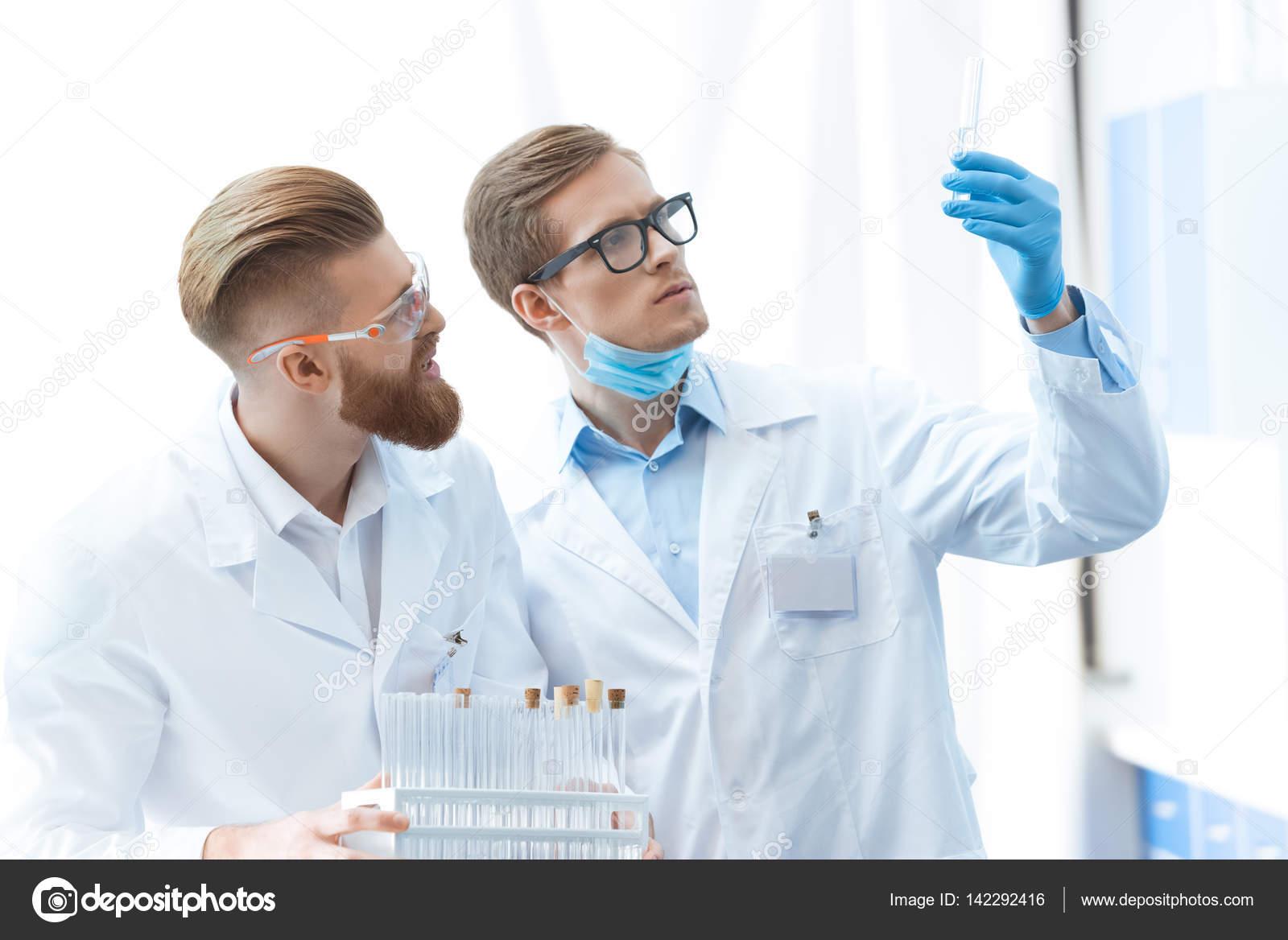 019119d25f Χημικοί που εργάζονται στο εργαστήριο — Φωτογραφία Αρχείου ...
