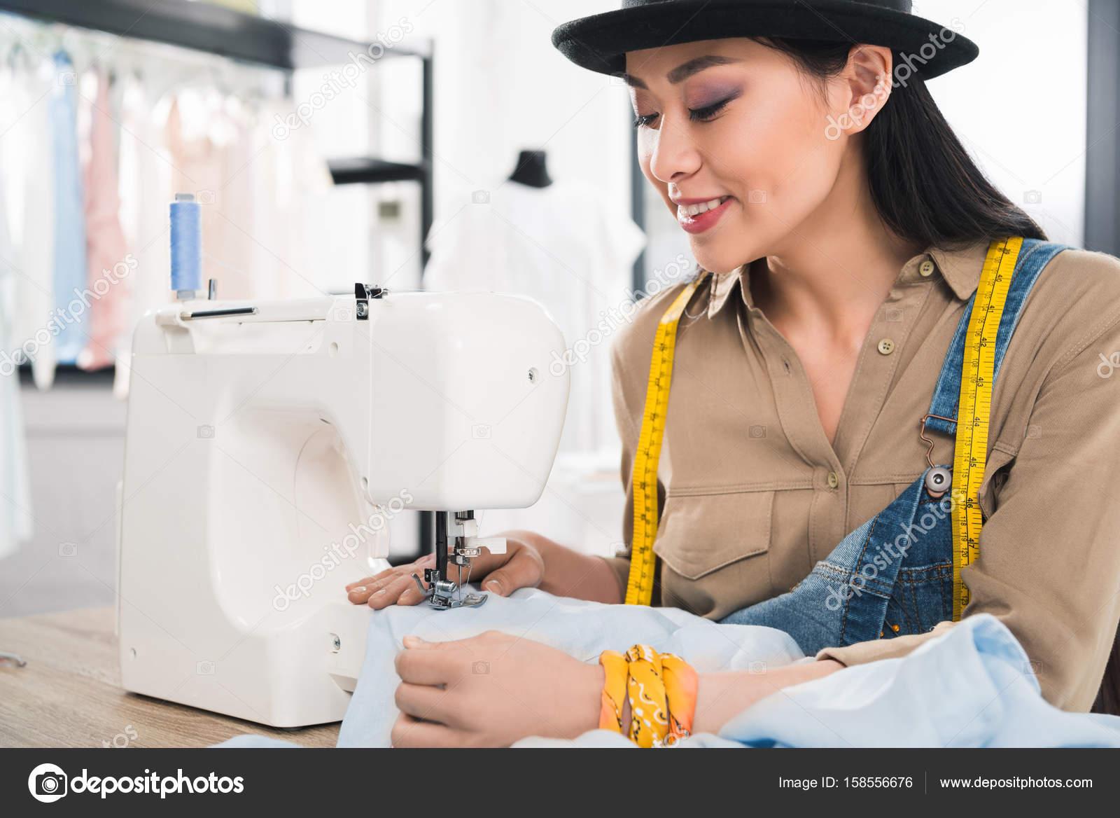 mujer asiática trabajando con máquina de coser — Fotos de Stock ...