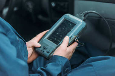 Automechanic using car diagnostic tool