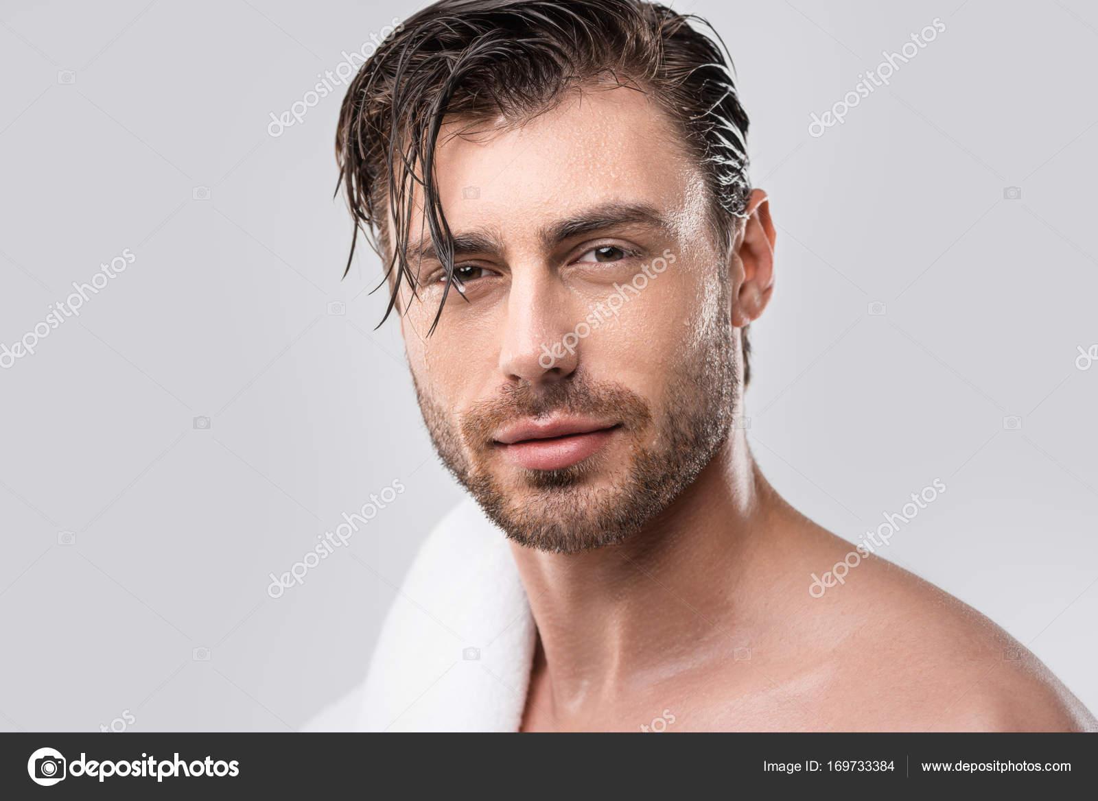 Beau homme aux cheveux mouillés — Photo