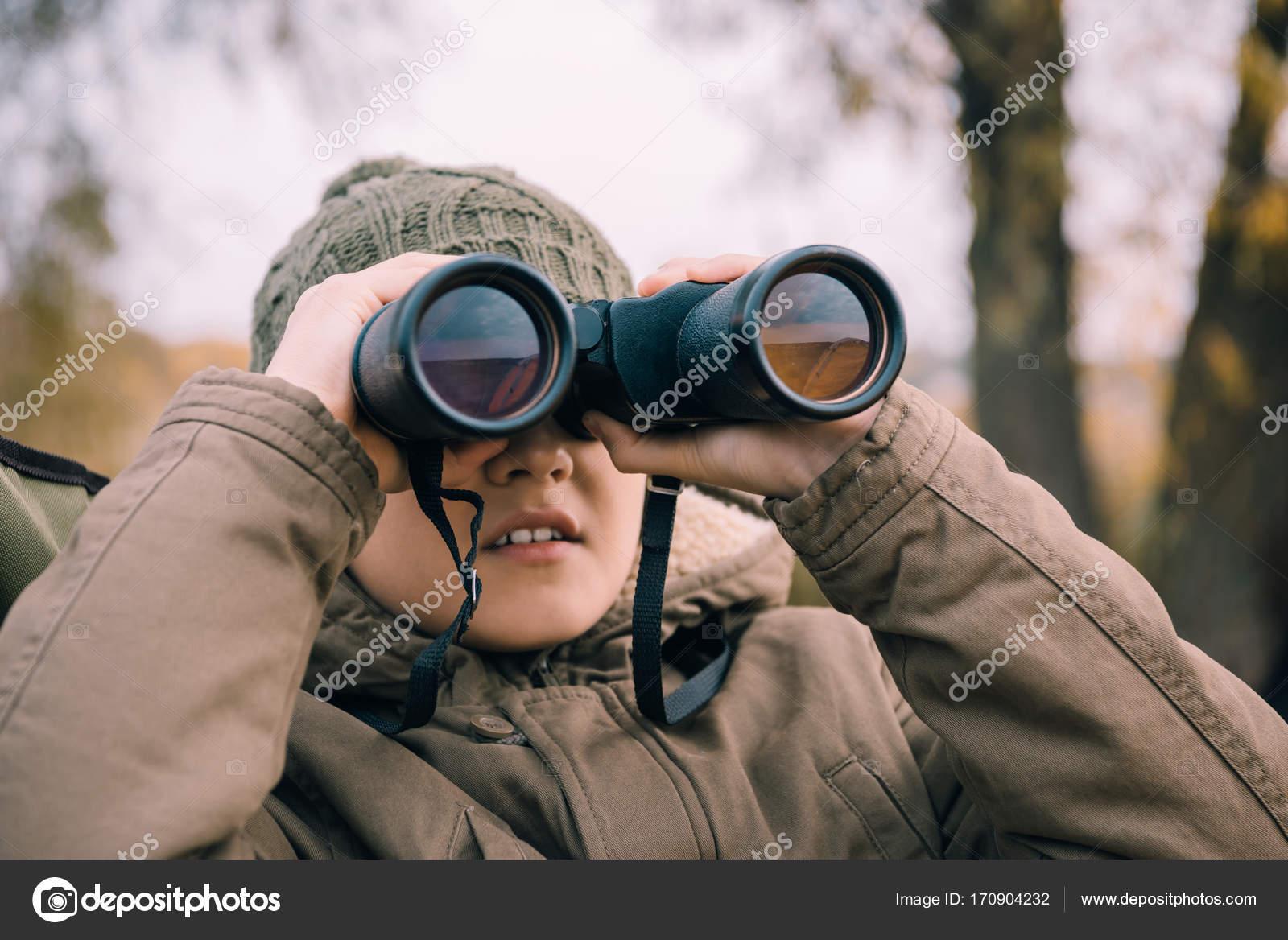 Kinder schauen durch ein fernglas auf natur u stockfoto