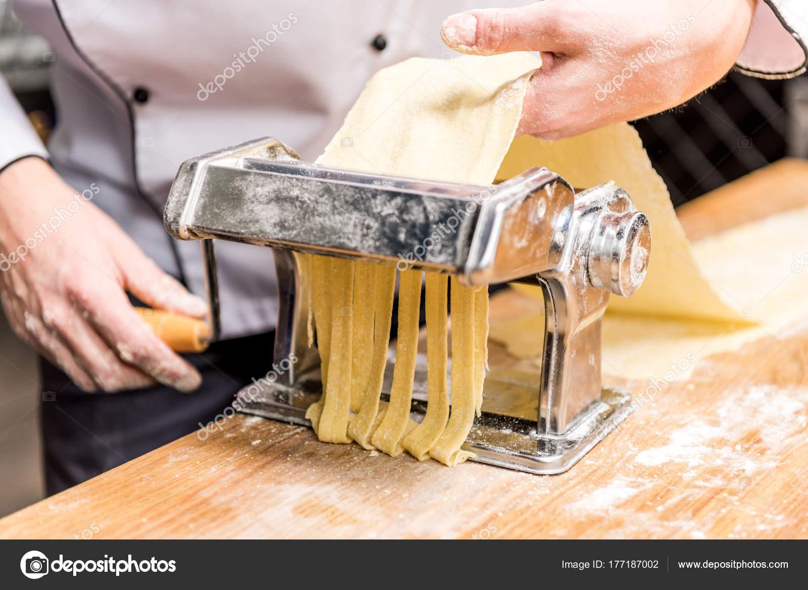 Recortar Imagen Chef Haciendo Pasta Con Máquina Pasta