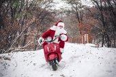 Weihnachtsmann fährt auf Roller