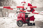 Weihnachtsmann schaut auf Barriere