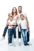 Šťastní rodiče s dětmi v bílých tričkách