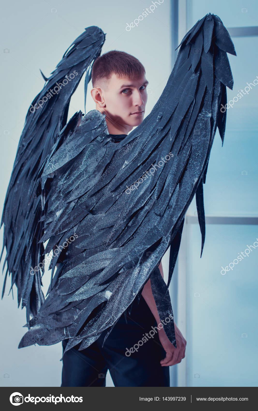 Image D Ange Homme l'homme avec des ailes d'ange — photographie buchnevamariya © #143997239