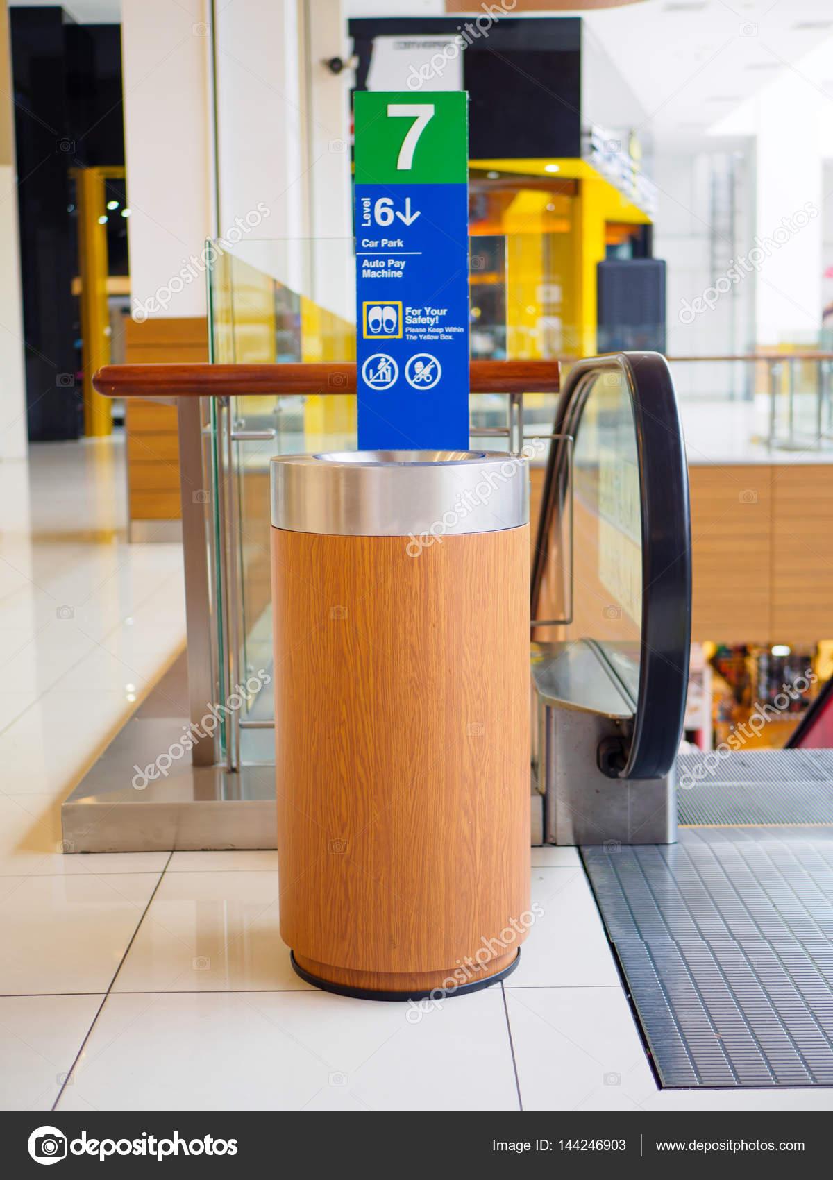 Uitzonderlijk houten prullenbak kan in grote winkelcentrum — Stockfoto UK61