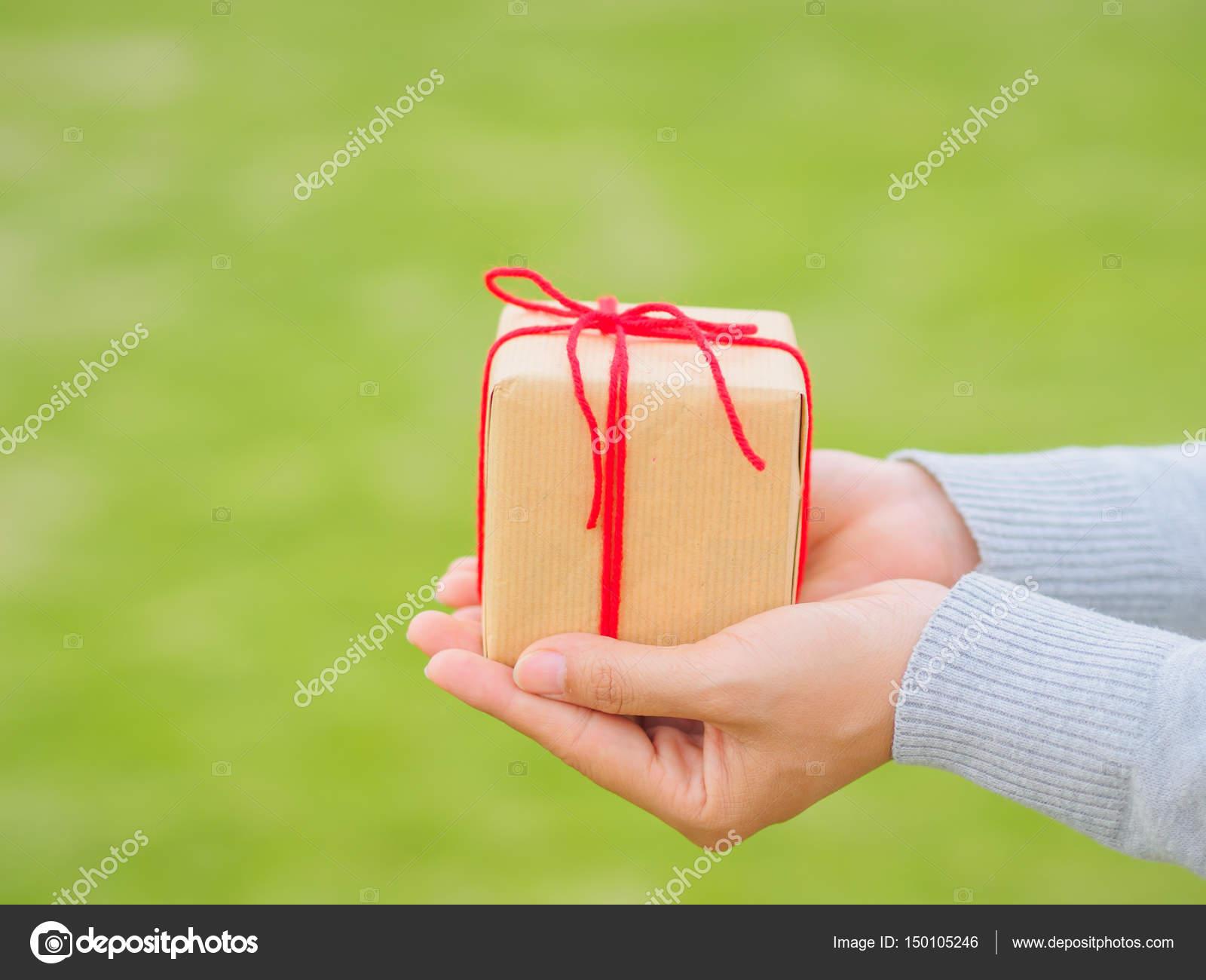 Hände halten schöne Geschenk-Box, geben Geschenke, Weihnachtsferien ...