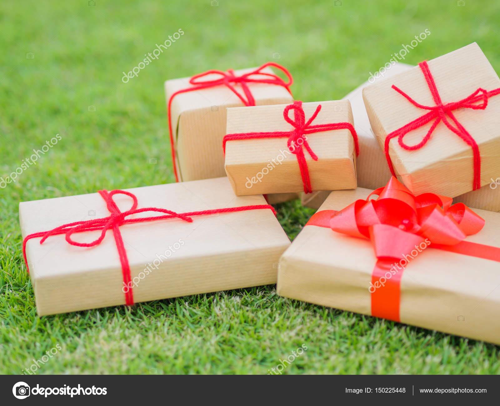 Hände halten schöne Geschenk-Box, weibliche geben, Geschenk ...