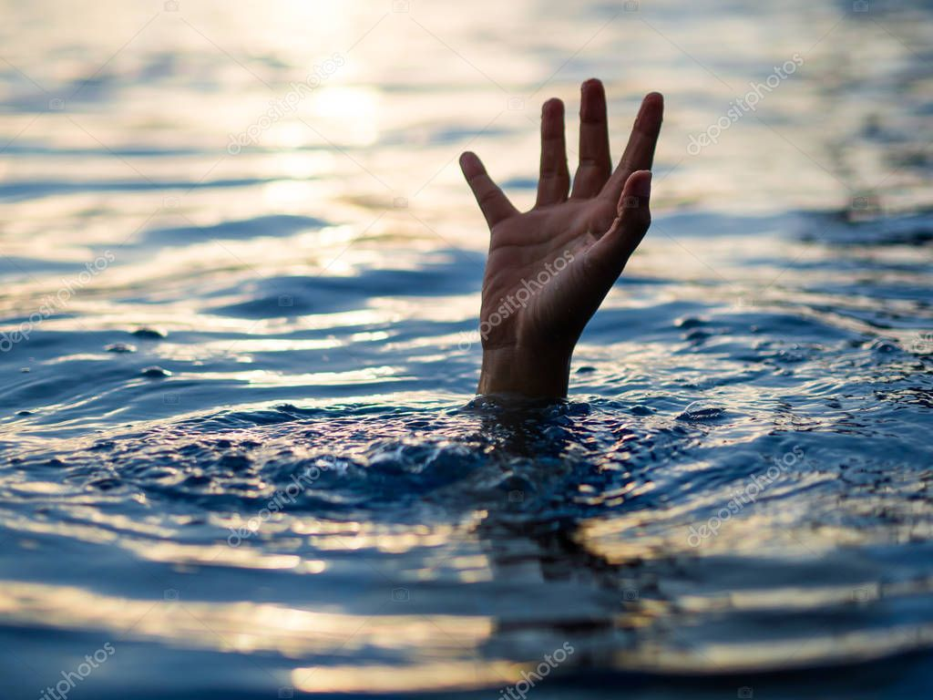 Drowning victims, Hand of drowning man needing help ...