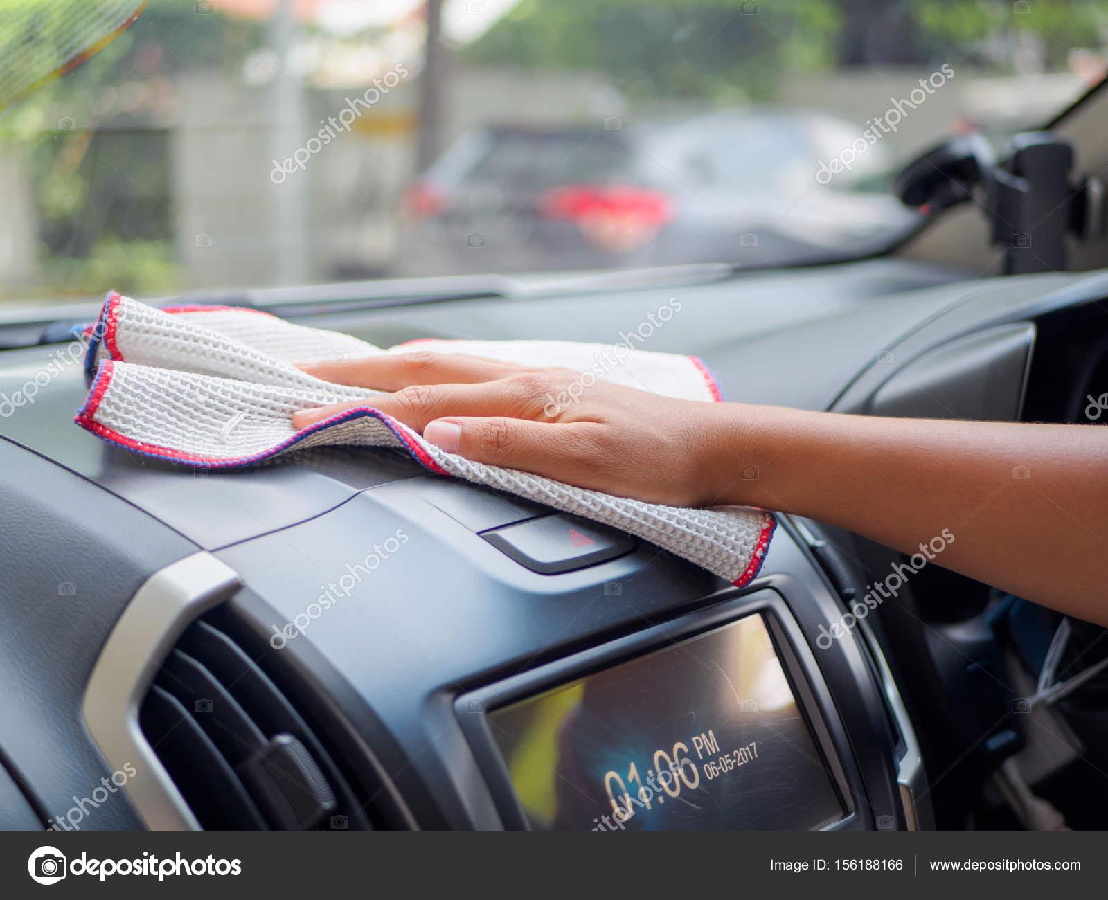 hand reinigen interieur auto met microvezel doek stockfoto