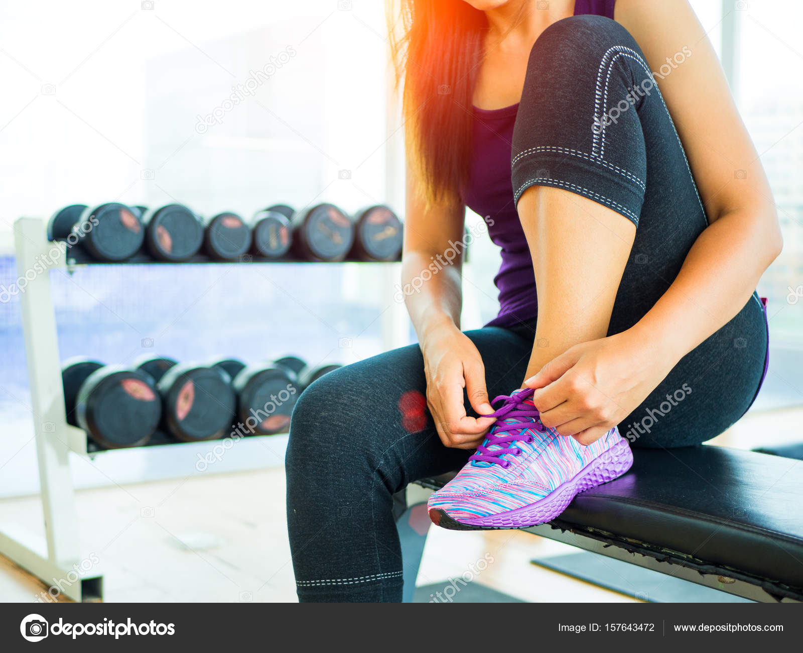 a5ad565f28f Running chaussures - gros plan de femme attacher les lacets de chaussures.  Coureur de remise en forme sport féminin se prépare pour faire du jogging  dans la ...