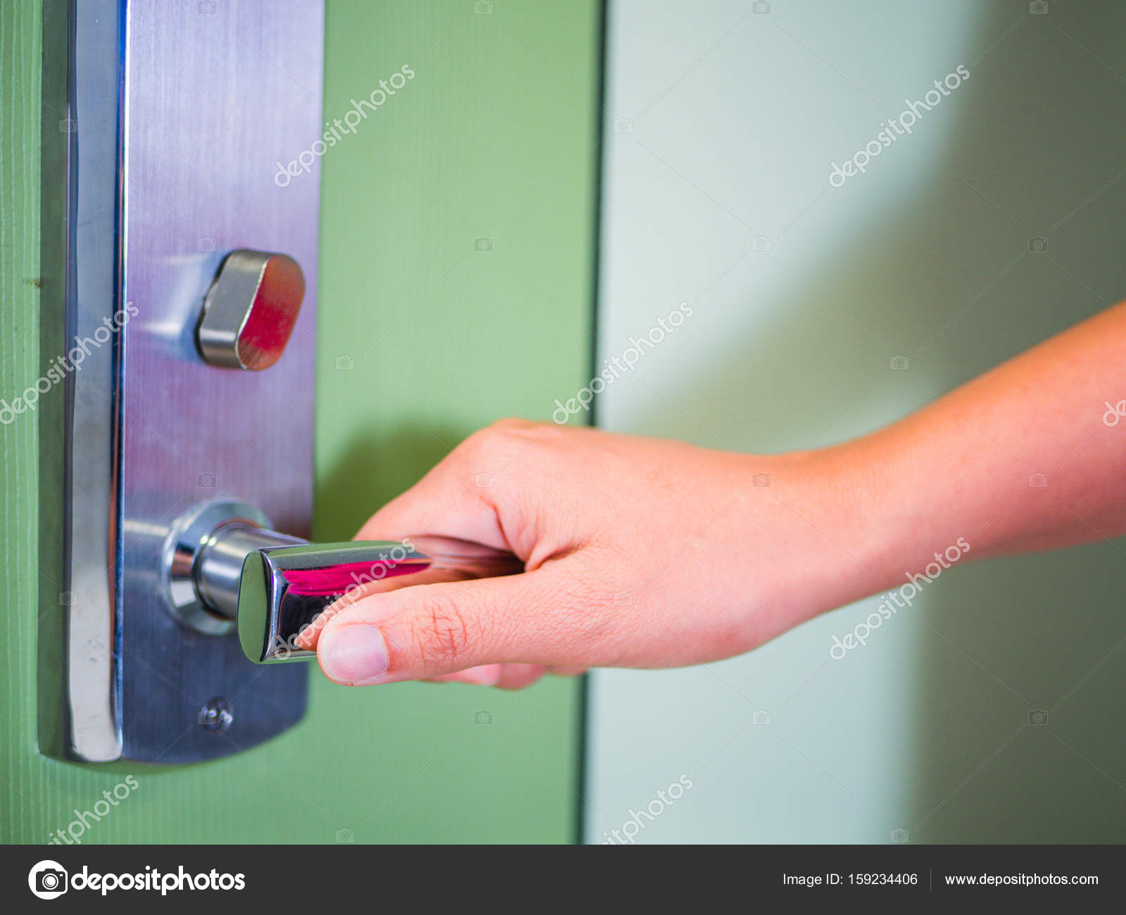 Mano de la bella mujer abriendo la puerta de su cuarto — Foto de ...