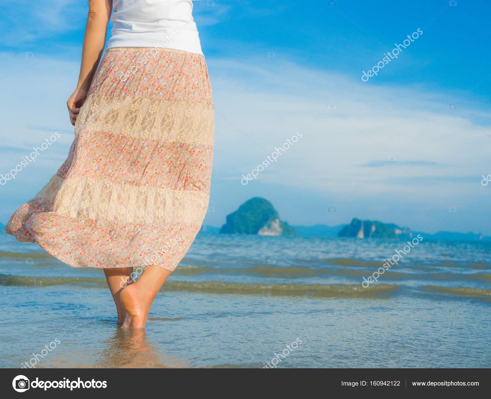 d0f53525aa Παραλία ταξίδια - γυναίκα που περπατά στην παραλία με άμμο. Λεπτομέρεια  closeup γυναικεία πόδια.
