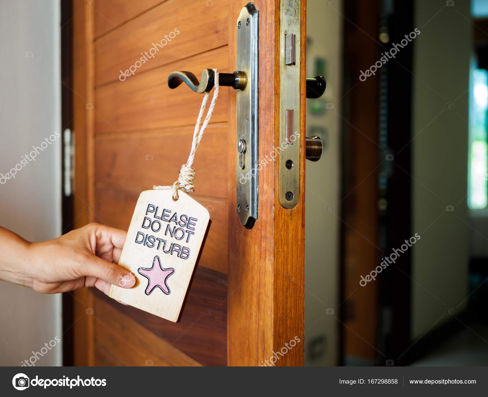 panneau ne pas d ranger accroch sur la porte ouverte dans un h tel photographie spukkato. Black Bedroom Furniture Sets. Home Design Ideas