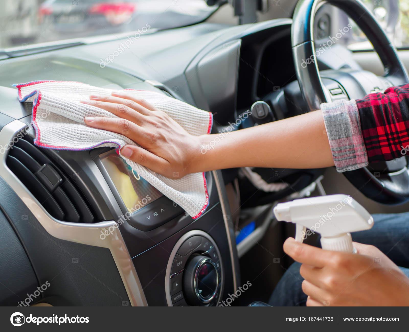 Hand reinigen interieur auto met microvezel doek — Stockfoto ...