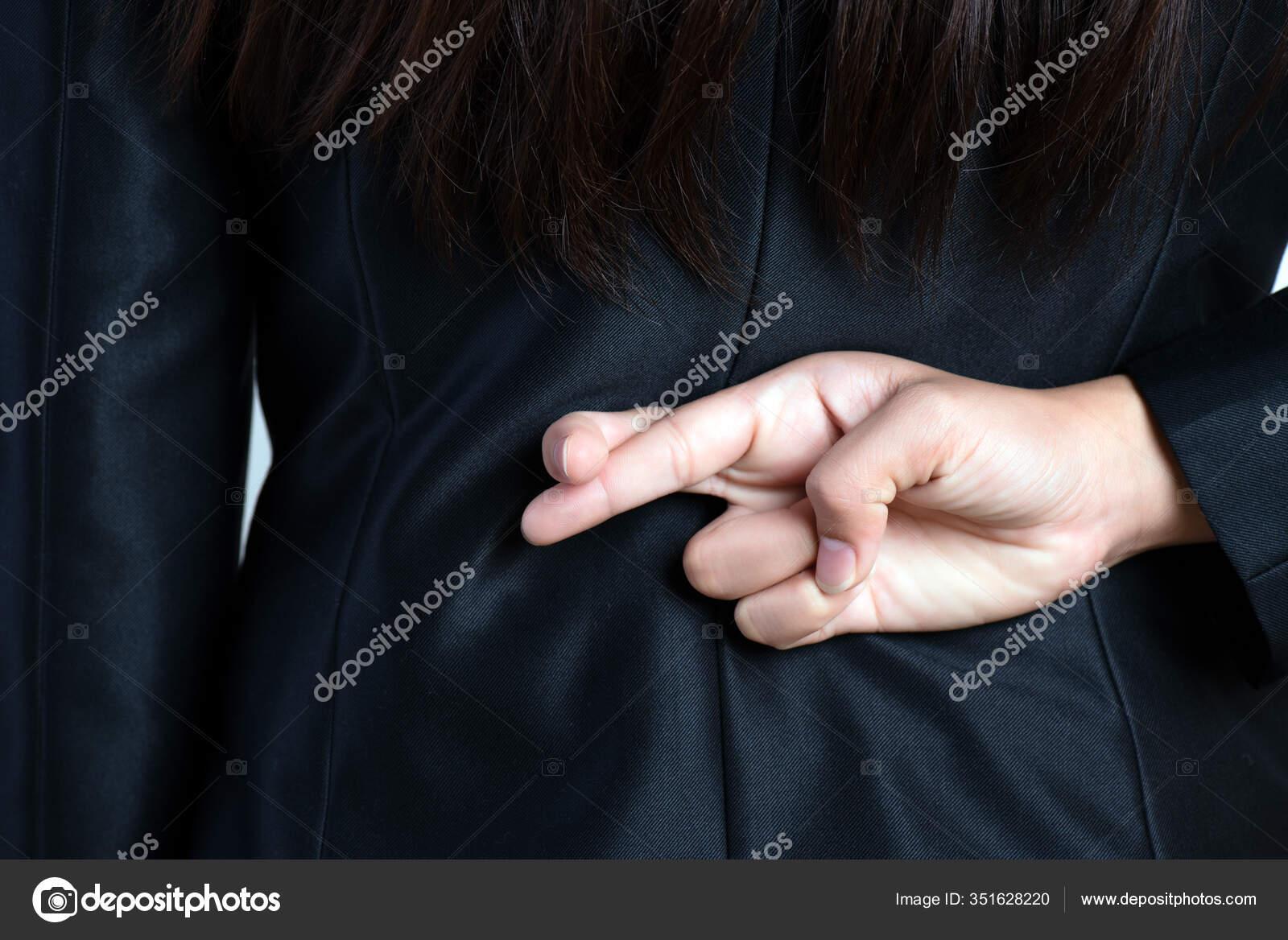 Hände gefesselt hinter ihrem Rücken
