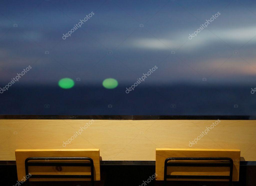 Lungo bar tavolo con 2 sedie semplici alla finestra con vista sul