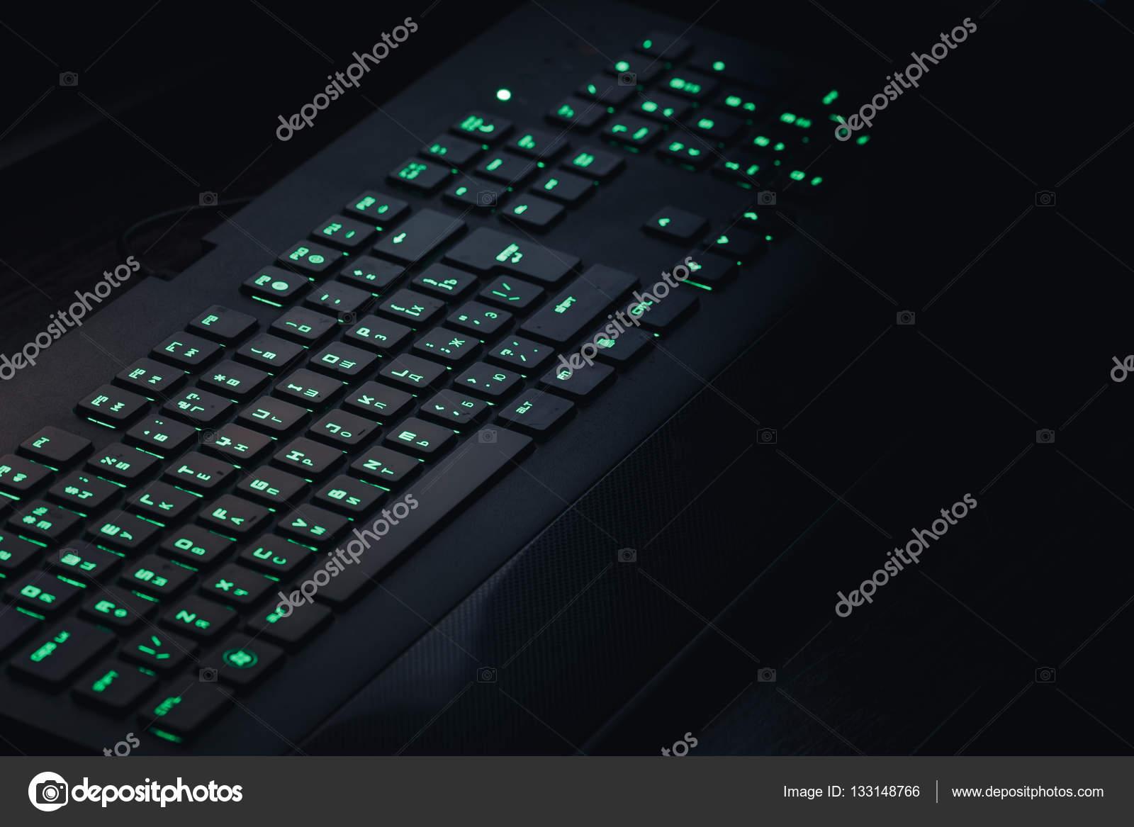 groene verlichting toetsenbord in het donker — Stockfoto © DedMityay ...