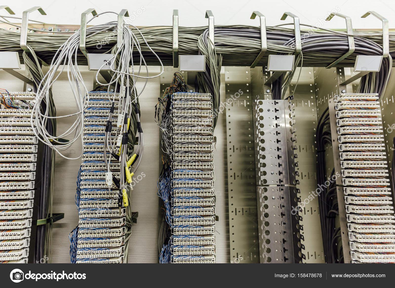 Netzwerkverbindung im Inneren Netzwerk-Server-Raum, Kabel und ...